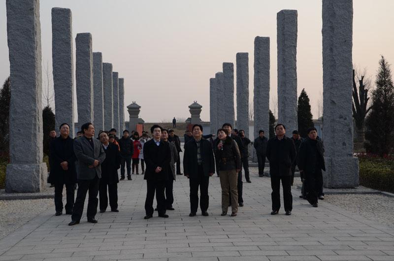 河南省委统战部常务副部长孟令峰(前排中)参观黄国历史文化陈列馆